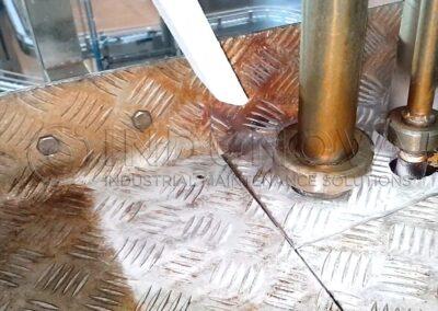 Limpieza de óxido en suelo metálico industrial alimentaria